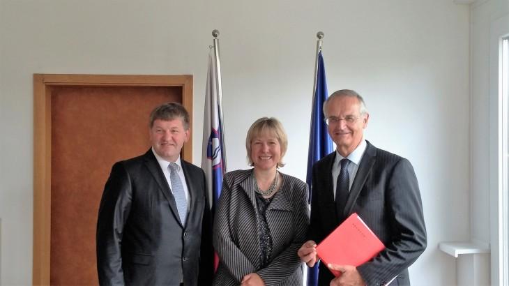 Evropski poslanec Franc Bogovič (SLS/EPP), ministrica za razvoj, strateške projekte in kohezijo Alenka Smerkolj in nizozemski evropski poslanec Lambert van Nistelroiij Lambert